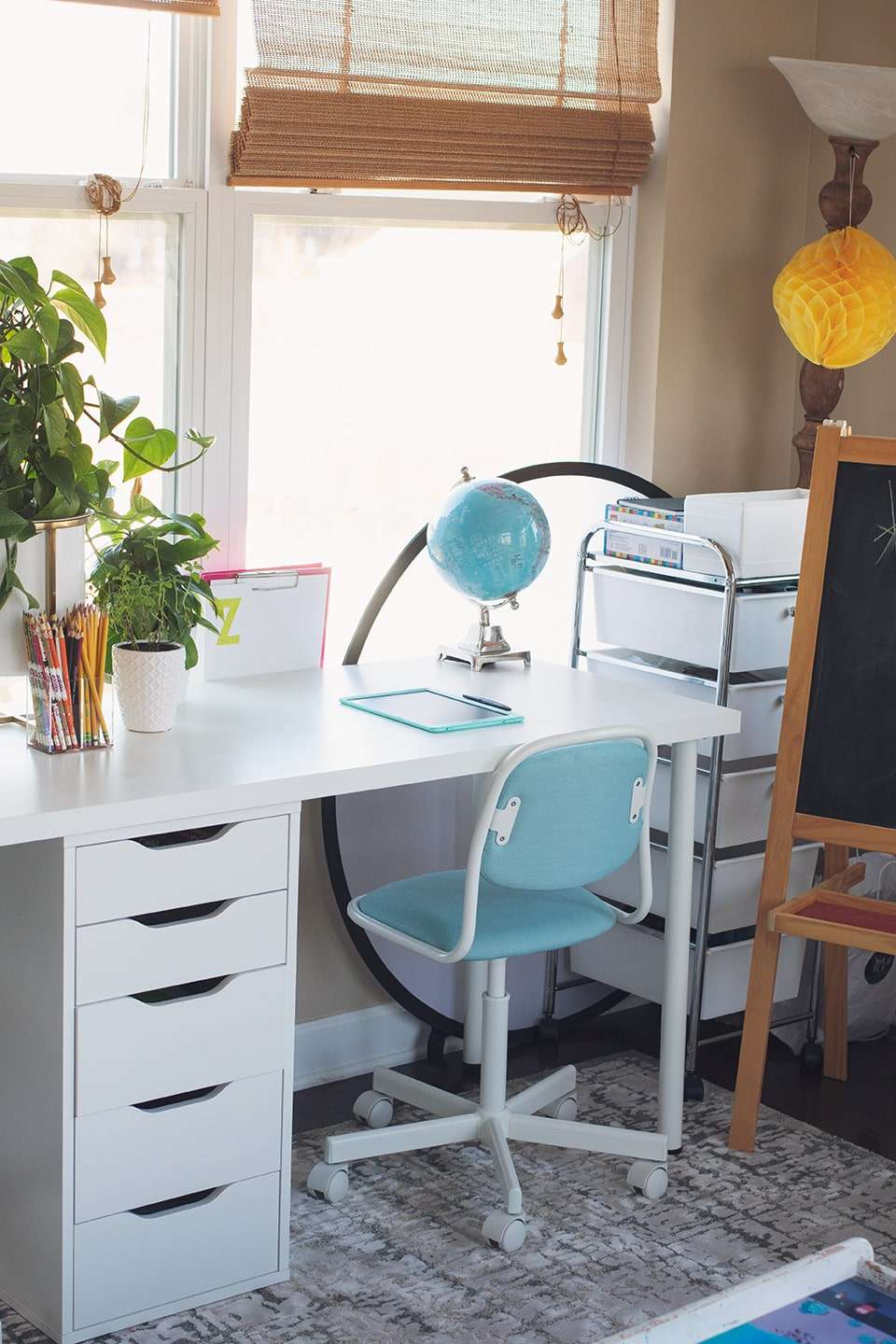 desk and chair-min